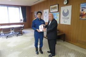 후쿠오카현 의회에서 재해 위문금의 목록을 전하고 있는 모습