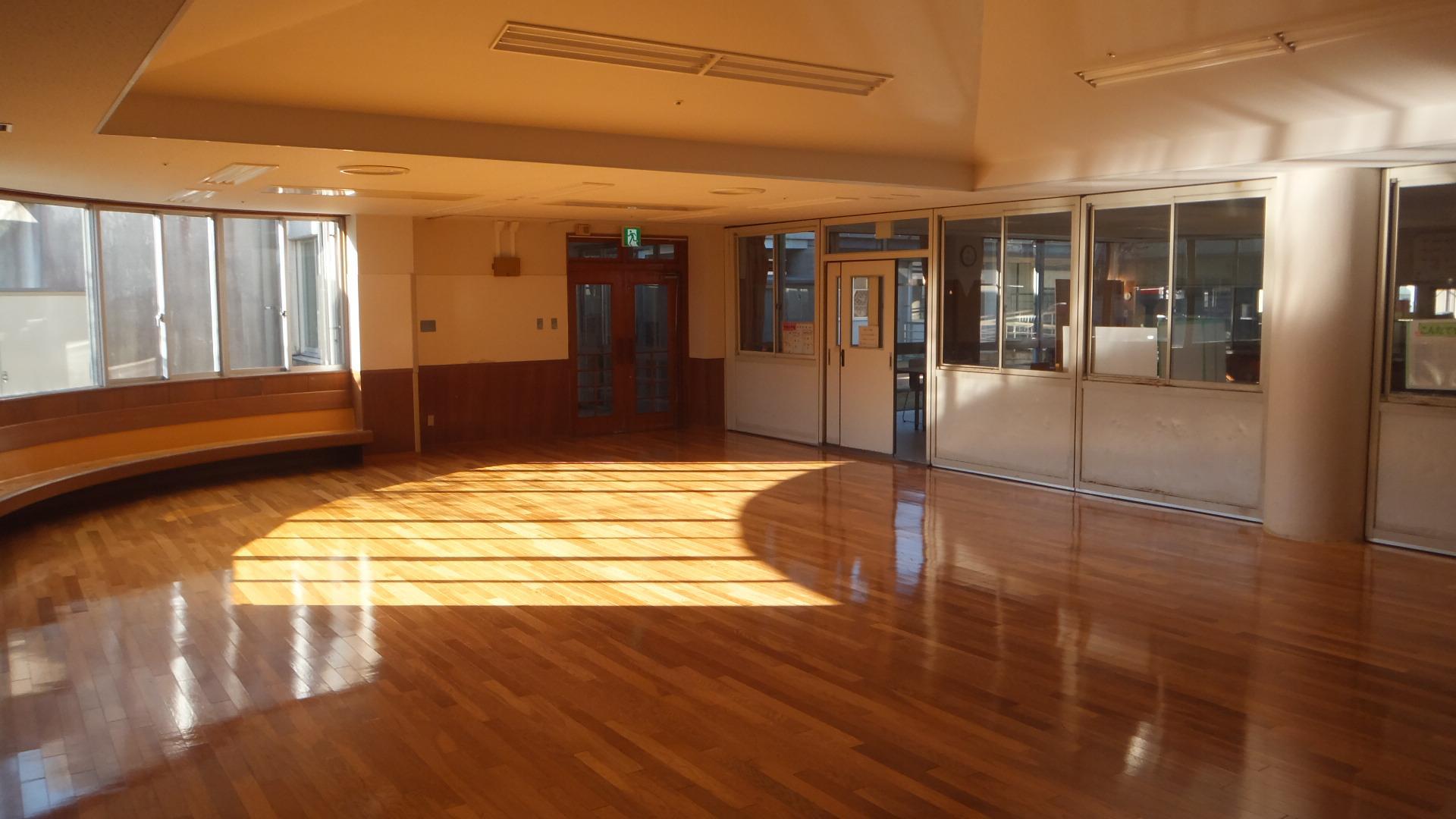 中央日房间(是仪式以及教室,入所幼儿园的儿童舒畅的房间。)