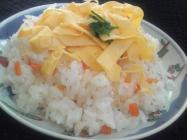 Chirashi-sushi image which is full of carrots
