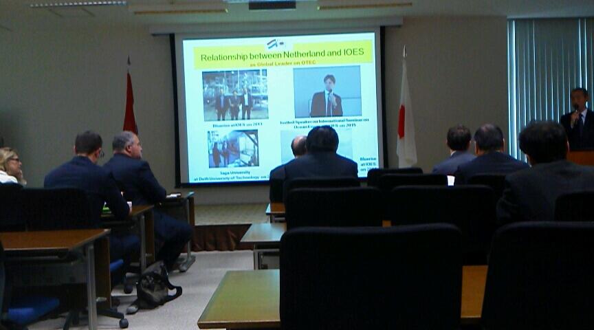 聽佐賀大學的說明的荷蘭大使的照片