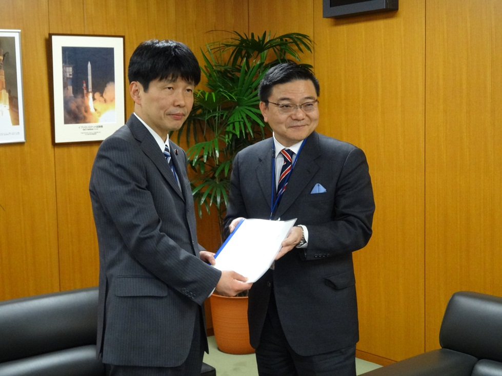 Governor Furukawa who submits application to Minister Yamamoto